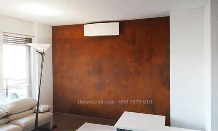 Một bức tường nhỏ được trang trí với sơn gỉ sét
